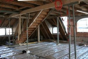 Blick ins Dachgeschoss der Villa Kalkhütte während der statischen Ertüchtigung der Holzbalkendecke<br />