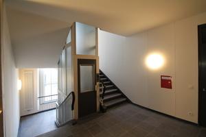 Treppenhaus in Haus 1 mit einem in den 1970er Jahren eingebauten Fahrstuhl