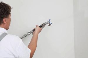 Auch eine maschinelle Verarbeitung im Spritzverfahren ist möglich<br />Fotos: Ardex