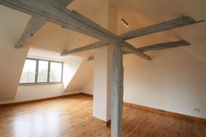 Raum im Dachgeschoss mit großer Gaube<br />