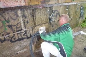 Schonende Reinigung eines Gebäudesockels aus Natursteinmauerwerk<br />