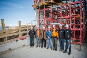 Reinhold Messner inmitten der am Bau beteiligten Planer und Bauherren auf der Baustelle