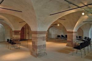 Einst Kuhstall, heute Ausstellungsraum: Das niedrige Gewölbe im Erdgeschoss des Wirtschaftsbaus wird von vier mächtigen Quadratsäulen gestützt<br />
