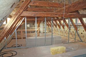 Rechts: Ausbau im Dachgeschoss mit nichttragenden Trennwänden in Trockenbauweise