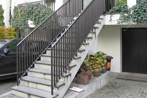 Frei der Witterung ausgesetzte Außentreppe mit dem Natursteinbelag