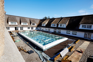 Unter dem Glasdach liegt das Schwimmbad. Der Spa-Bereich ist insgesamt 2000 m² groß