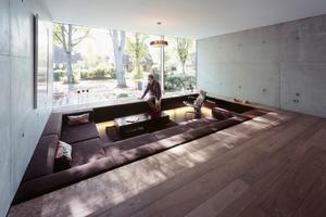 Im Inneren bestimmen Sichtbeton und Eichendielen den Charakter der Wohnräume
