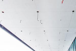 Rechts: Auslässe für die Sprinkler und Lampen konnten einfach mit Stichsäge oder Bohraufsatz in die Platten geschnitten werden