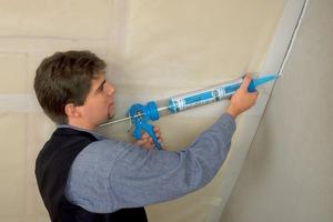Eine Anpresslatte wird bei der Verarbeitung der Hochleistungsklebemasse Primur nicht benötigt, der Schlauchbeutel mit passendem Verarbeitungsgerät sorgt für Zeitersparnis und Müllvermeidung auf der Baustelle<br />