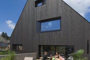 Oben: Wohnen in der Stadt – eine große Terrasse auf dem Garagendach und faszinierende Ausblicke in die Altstadt garantieren eine hohe Wohnqualität  Links: Treppe und Wandschrank sind hochwertige Einbaumöbel vom Tischler