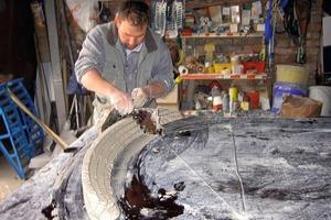 Mit einer Lehre wird das Stuckprofil vom erfahrenen Handwerker in seine endgültige Form gebracht<br />