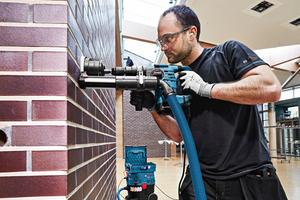 """Das """"Click & Clean-System"""" von Bosch erlaubt nicht nur ein staubfreies Arbeiten, das Werkzeug lässt sich auch noch bequem auf dem Nass-/Trockensauger transportieren Fotos: Bosch"""