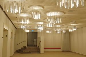 Nebenraum des Theaters mit Kronleuchtern<br />