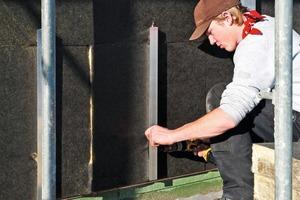 Rechts: Doppelt gehärtete Acryl-Polyurethan-Harze sorgen bei den Fassadenplatten für einen dauerhaften Witterungsschutz
