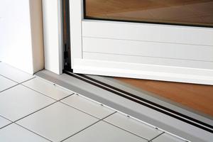 Das schwellenlose Türsystem von Alumat Frey entspricht der DIN 18040, die auch für Altbausanierungen den Einbau stufenfreier Türdurchgänge vorschreibtFoto: Alumat Frey