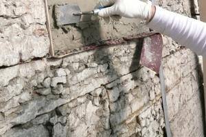 Der Restauriermörtel wird etwa 5 mm über Steinoberflächenniveau auf die noch feuchte Kontaktschlämme angetragen
