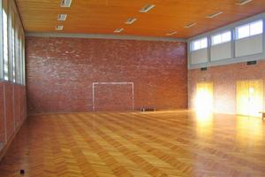 """Links: So sah es in der Turnhalle in Ahaus vor dem Umbau aus<span class=""""bildnachweis"""">Foto: Sebastian Gruber / Stadt Ahaus</span>"""