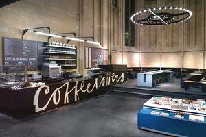 Den Chor verwandelten die Architekten und Handwerker in ein Café
