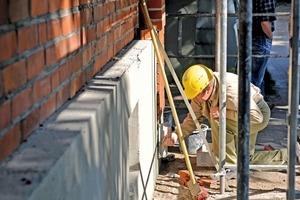 Anbringen der Dämmung vor dem alten Mauerwerk<br />