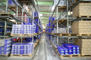 Um jederzeit lieferfähig zu sein, hält man rund 4000 Tonnen Produkte auf Lager