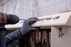 Links: Mit zwei Strängen des Soforthaft-Klebers wird die Zarge um die Fensteröffnung herum befestigt und ausgerichtet