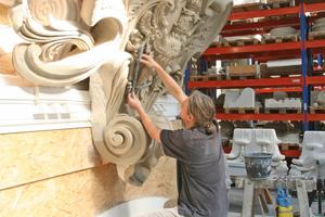 Bildhauermeister Andreas Klein bei der Arbeit an einer Wappenkartusche für den Schlüterhof im Herbst 2012 in der Schlossbauhütte in Berlin-Spandau