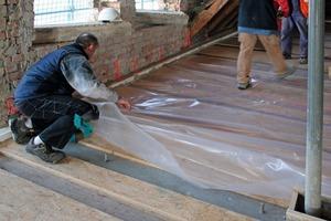 Auf dem Holztragwerk legten die Handwerker eine Folie aus, um ein Durchsickern der Zementmilch zu verhindern<br />