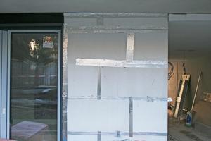 Rechts: Mit Aluminium-Klebeband werden die Fugen zwischen den Platten abgedichtet
