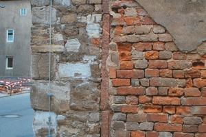 An dieser Mauerecke sind die typischen, durch Salzkristallisation verursachten weißen Ausblühungen auf der Oberfläche der Backsteine gut zu erkennen<br />