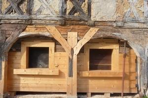 Bei der Sanierung dieses Umgebindehauses ergänzten die Zimmerleute die maroden Hölzer der Bohlenwand durch neues Material<br />Foto: Anette Mittring/DSD<br /><br /><br />
