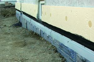 Links: Fassadensockel mit Anschluss zwischen Abdichtung und Wärmedämmung<br />