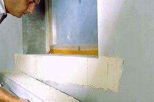 Obere Bilderreihe von links: Zunächst wird der Kleber im Zahnbettverfahren auf die Profile aufgetragen, die dann am Stoß miteinander verklebt werden. Die Fuge wird verfüllt und abgeglättet. Umlaufende Gesimsprofile werden nicht dicht gestoßen, sondern auf Abstand verklebt. Die Fuge wird später ausgeschäumt<br /><br />Darunter: Anschließend werden die Fugen 1cm tief ausgekratzt und mit PU-Flex verfugt. Laibungen werden mit Putz planeben gespachtelt, der Fensteranschluss wird abgedichtet. Abschließend werden die Profile zweimal gestrichen<br />