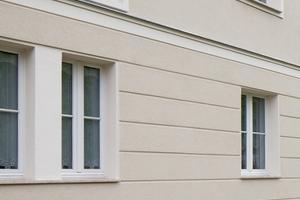 Die mit einem 4 cm dünnen WDVS gedämmte Fassade wurde gemäß dem ursprünglichen Zustand im Erdgeschoss mit Bossen sowie mit Gesimsprofilen, Fensterfaschen und Putzspiegel gestaltet<br />Fotos: Maximilian Meisse / Sto