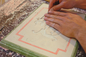 Scagliola-Technik: Aus einer Stuckmarmorplatte werden Intarsien ausgestochen, die anschließend mit andersfarbigem Stuckmarmor gefüllt werden<br />