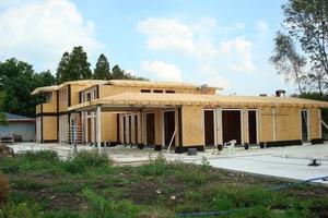 Die Dämmung der verklinkerten Villa in Vinkeveen brachten die Handwerker in den hölzernen Wand- und Dachelementen unter<br />