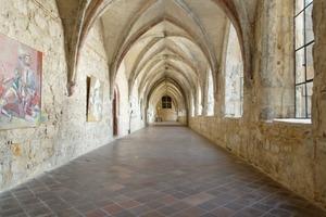 Dank umfangreicher Sanierungsarbeiten ist die Klosteranlage aus der spätromanischen und gotischen Zeit gut erhalten. Kreuzgang (Foto), Refektorium und Kapitelsaal zeugen von der schlichten Ästhetik einer Zisterzienserabtei<br />