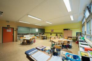 Klassenzimmer mit neuer Brandschutzdecke                 Fotos: OWA