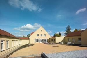 Das Ensemble der Erich-Viehweg-Mittelschule in Frankenberg mit dem Hauptgebäude aus den 1950er Jahren in der Mitte und den Erweiterungsbauten aus den 1960er Jahren rechts und links davon<br />