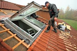 Kurz vor dem strömenden Regen waren die Fensterflügel eingehängt und die Anschlussschürzen, die einen regensicheren Anschluss gewährleisten, montiert