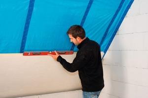Links: Um Kältebrücken zu vermeiden, muss der Handwerker bei der ersten Platte darauf achten, dass sie horizontal und vertikal in Waage ausgerichtet ist<br />