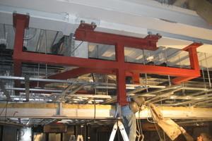 Die Abhängung der Verkleidung für die Bühnen- und Haustechnik erfolgte mit Stahlbauprofilen