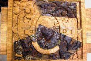 Daneben: Dasselbe Füllholz nach Fertigstellung der Schnitzarbeiten und der Grundierung<br />