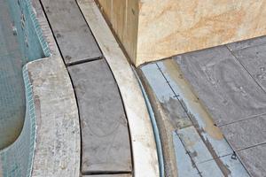 Rechts: Die Edelstahlrinnen am Pool sind mit Fliesenkleber für Stahl und Polyester verklebt