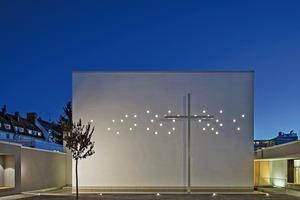 """Die Fassade der Neuapostolischen Kirche in München-Laim durchzieht eine """"Lichtwolke"""" aus 31 Leuchtröhren, die die Kirche abends mit Hilfe eingebauter LEDs in Szene setzen<span class=""""bildnachweis"""">Foto: Michael Heinrich</span>"""