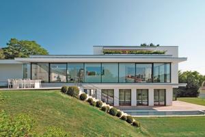 Die Villa Mauthe wird von großflächigen Fenstern belichtet