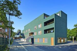 Der dunkelgrüne Neubau in Mainz wurde 2015 bei dem Deutschen Fassadenpreis ausgezeichnet und erhielt den 1. Preis in der Kategorie Wohn- und Geschäftshäuser⇥Foto: Guido Erbring