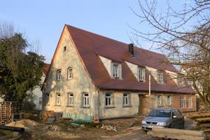 Eine Dämmung des etwa im 18. Jahrhundert in Heuberg aus Bruchstein errichteten Bauernhauses von außen schloss der Bauherr von vornherein aus, um den Charme der historischen Fassade zu erhalten