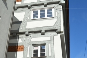Das mittelalterliche Fachwerkhaus in der Ulmer Platzgasse wurde 2011/2012 von Grund auf saniert. Obwohl das Haus nahezu vollständig mit einem Inthermo-Holzfaser-WDVS ummantelt wurde, blieben die Krümmungen und Wölbungen der Fassade, wie vom Bauherren gewünscht, erhalten Fotos: Achim Zielke (2)/Markus Weber-Hoppe (1)