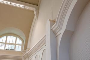 Akustikflächen, klassische Falttechnik, CNC-gefräste runde Falttechnik, Pfeiler-Formteile, gerade und runde Gesims-Gipsformteile