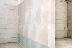 Installationswand aus Gipswandbauplatten mit Randanschlussstreifen aus PE-SchwerschaumFotos: VG-Orth